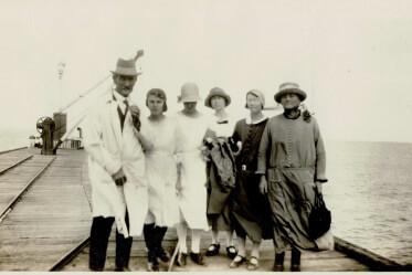 1924 Pier WJ Inglis, Hilda, Muriel, Edie, Ida, Emily